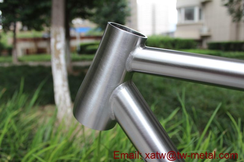titanium gravel bike frame with thru axle dropout